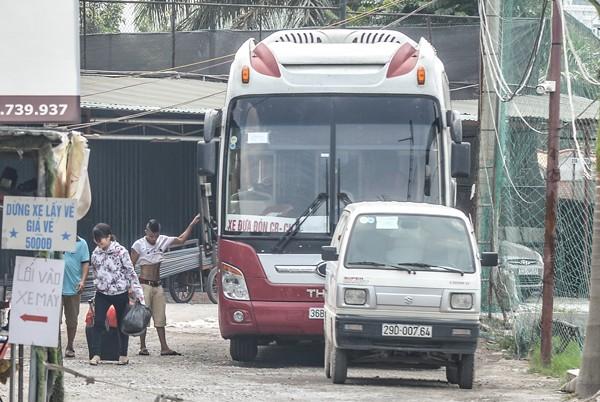 Hành khách lên xe mang theo nhiều hành lý... (ảnh:PK)