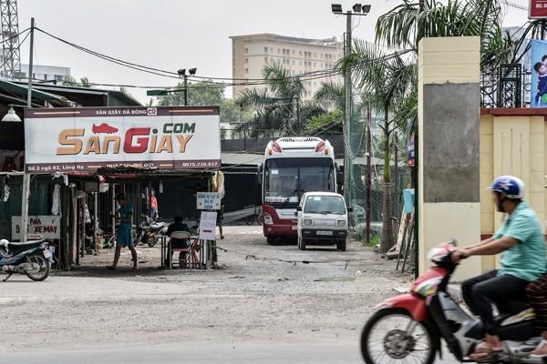 Chiếc xe khách giường nằm đỗ gọn trong sân bóng đầu đường Lê Trọng Tấn (ảnh:PK)