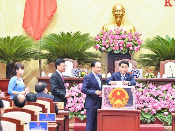 Các đại biểu HĐND TP khóa XV bỏ phiếu bầu cử tại kỳ họp thứ nhất sáng 14-6