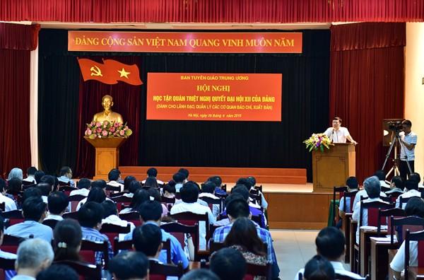 Phó Trưởng ban Tuyên giáo Trung ương Phạm Văn Linh báo cáo chuyên đề tại hội nghị