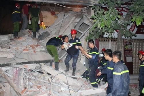 Lực lượng Cảnh sát PCCC Hà Nội tổ chức cứu hộ, đưa các nạn nhân ra khỏi hiện trường vụ sập nhà 43 Cửa Bắc