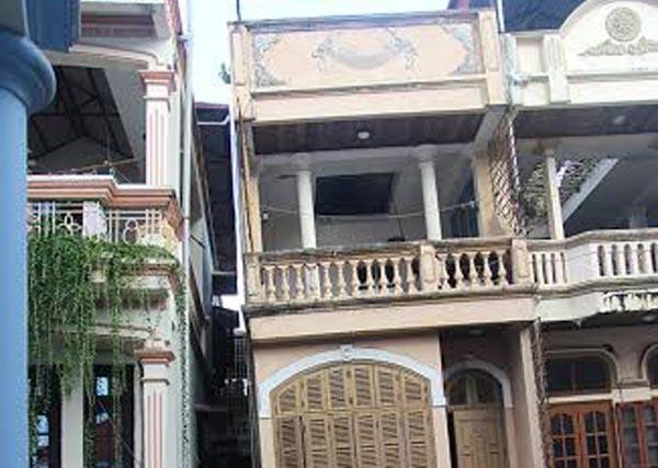Ngôi nhà bị nghiêng, đe dọa an toàn của các công trình lân cận