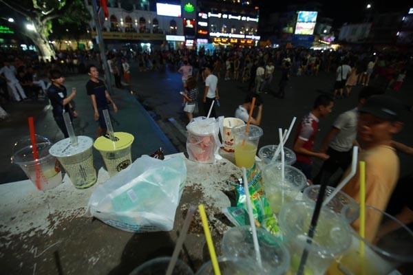 Rác thải bị người dân vứt bỏ bừa bãi trên tuyến phố đi bộ quanh hồ Hoàn Kiếm