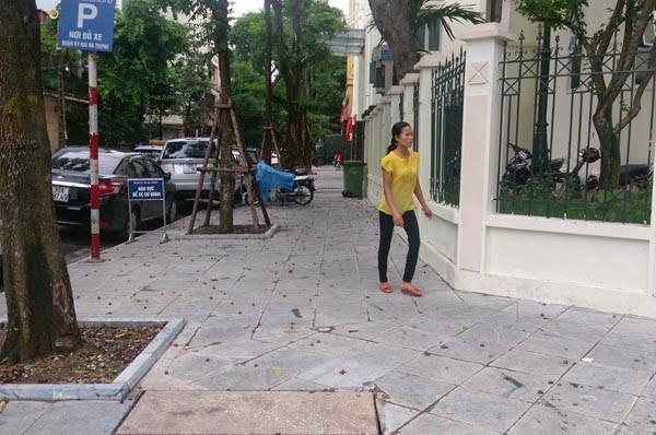 Một tuyến phố trên địa bàn quận Hoàn Kiếm được lát hè bằng đá tự nhiên