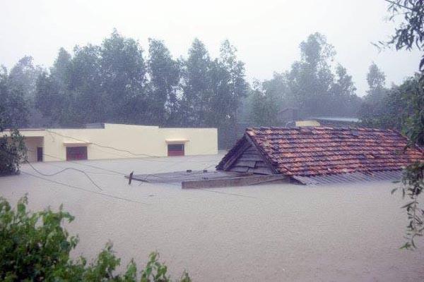 Đồng bào miền Trung chịu thiệt hại nặng nề do mưa lụt