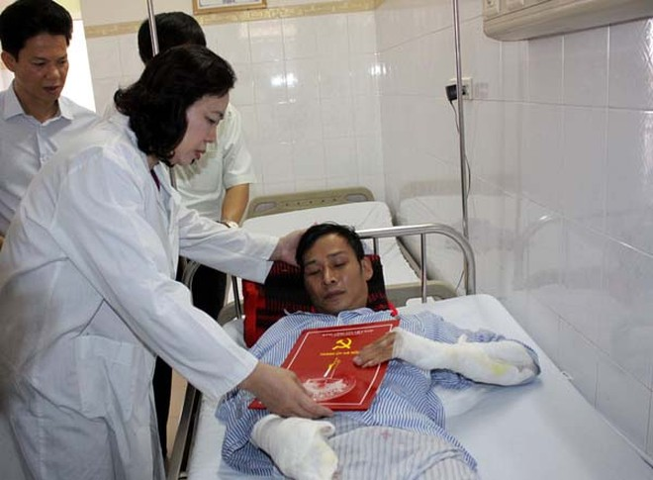 Phó Bí thư Thường trực Thành ủy Hà Nội Ngô Thị Thanh Hằng tới thăm, động viên, tặng quà các nạn nhân vụ cháy nổ trạm biến áp