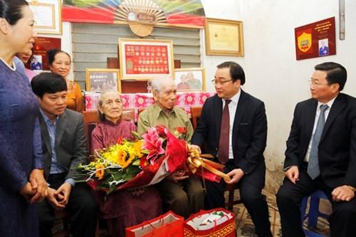 Ủy viên Bộ Chính trị, Bí thư Thành ủy Hà Nội Hoàng Trung Hải thăm gia đình người có công nhân dịp kỷ niệm 70 năm Ngày Toàn quốc kháng chiến