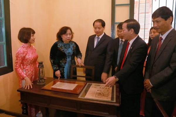 Phó Bí thư Thành ủy, Chủ tịch HĐND TP Nguyễn Thị Bích Ngọc thăm và dâng hương tại Nhà lưu niệm Chủ tịch Hồ Chí Minh ở Vạn Phúc, Hà Đông