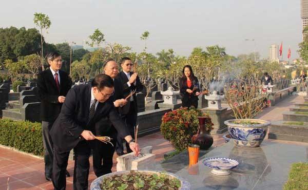 Đồng chí Hoàng Trung Hải, Ủy viên Bộ Chính trị, Bí thư Thành ủy Hà Nội thắp hương tưởng nhớ các vị tiền bối cách mạng, các Anh hùng liệt sĩ