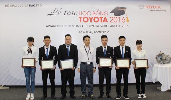 Ông Tadashi Yoshida, Giám đốc Bộ phận sản xuất, Công ty Ô tô Toyota Việt Nam trao học bổng cho các sinh viên xuất sắc