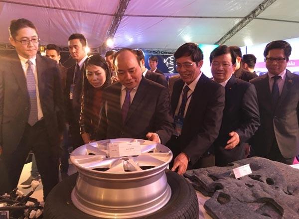 Thủ tướng Nguyễn Xuân Phúc thăm gian hàng của Công ty ô tô Toyota Việt Nam