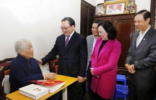 Bí thư Thành ủy Hoàng Trung Hải cùng lãnh đạo thành phố thăm, chúc Tết nguyên Tổng Bí thư Đỗ Mười