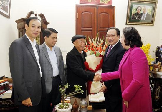 Bí thư Thành ủy Hoàng Trung Hải cùng lãnh đạo thành phố thăm, chúc Tết nguyên Chủ tịch Quốc hội Nguyễn Văn An