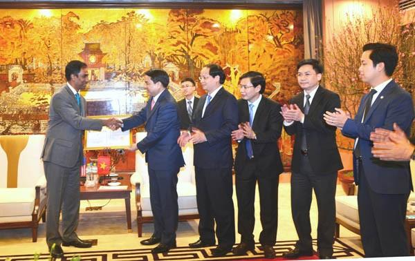 Chủ tịch UBND TP Hà Nội Nguyễn Đức Chung trao Giấy chứng nhận mở rộng đầu tư cho đại diện Công ty Coca Cola Việt Nam chiều 24-1