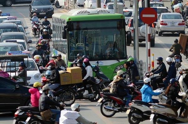Buýt nhanh BRT thường xuyên bị các loại phương tiện khác lấn làn