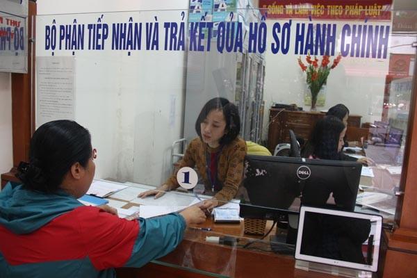 Người dân tới làm thủ tục hành chính ở UBND phường Hàng Bông (quận Hoàn Kiếm, Hà Nội)
