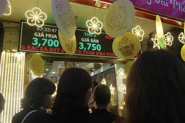 Giá vàng trong ngày vía Thần tài năm nay không tăng mà còn giảm nhẹ so với ngày mùng 9 Tết