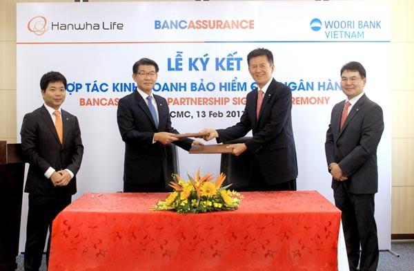 Đại diện Hanwha Life Việt Nam và Woori Bank Việt Nam tại lễ ký kết