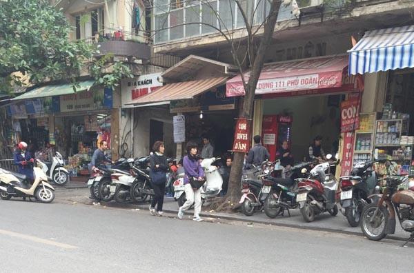 """Bãi giữ xe trước cổng Bệnh viện Việt Đức luôn """"chém"""" đẹp người gửi"""