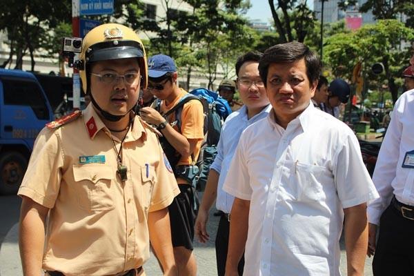 Ông Đoàn Ngọc Hải, Phó Chủ tịch UBND quận 1, TP.HCM trực tiếp chỉ đạo xử lý vi phạm lấn chiếm vỉa hè, lòng đường