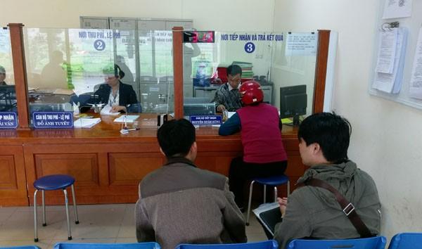 Chờ tới lượt nộp hồ sơ tại Văn phòng Đăng ký đất đai quận Hoàng Mai