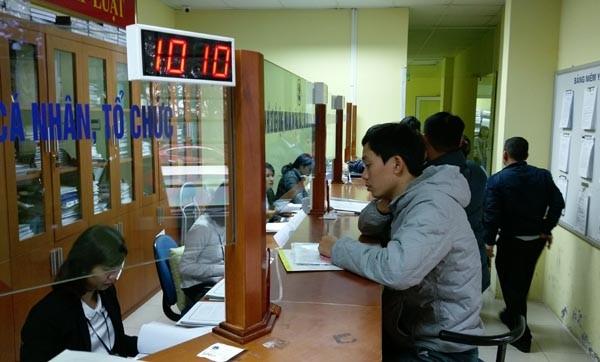 Người dân tới làm thủ tục tại Văn phòng Đăng ký đất đai Hà Nội sáng 11-3