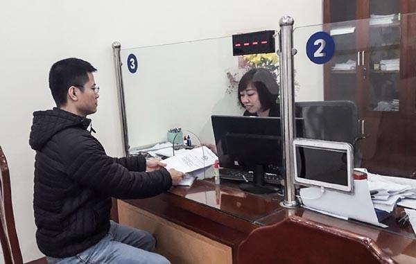"""Bộ phận """"một cửa"""" phường Hạ Đình (Thanh Xuân) tiếp nhận hồ sơ từ người dân"""
