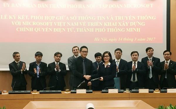 Giám đốc Sở TT&TT Phan Lan Tú và Tổng Giám đốc Microsoft Việt Nam Vũ Minh Trí ký kết biên bản ghi nhớ