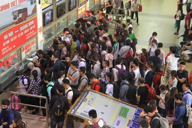 Người dân ùn ùn rời khỏi Thủ đô Hà Nội đi nghỉ lễ 30-4 ảnh 8