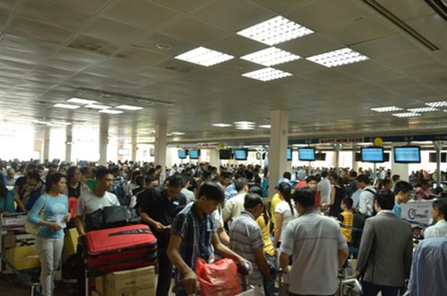 Hành khách xếp hàng dài làm thủ tục ở sân bay Tân Sơn Nhất