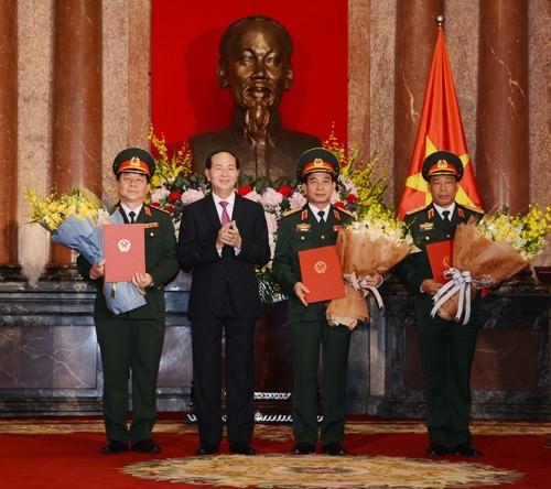 Chủ tịch nước Trần Đại Quang chúc mừng các sỹ quan Quân đội nhân dân Việt Nam được thăng quân hàm
