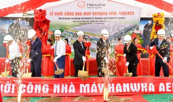 Các đại biểu thực hiện nghi lễ khởi công Nhà máy Hanwha Aero Engines