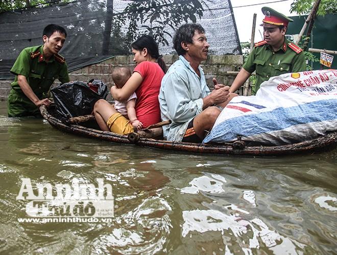 Công an huyện Chương Mỹ giúp người dân sơ tán khỏi vùng ngập sâu ở xã Nam Phương Tiến, huyện Chương Mỹ