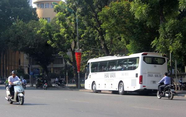 Xe khách của Công ty Hải Vân đỗ ngay dưới lòng đường