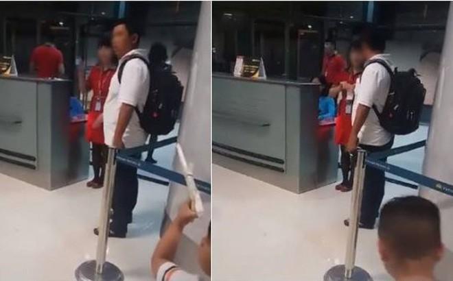 Khách hàng bị từ chối vận chuyển do ra cửa tàu bay muộn và bị nhân viên hãng bay hủy vé tại chỗ