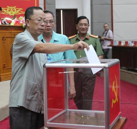 Cán bộ chủ chốt của tỉnh Hậu Giang bỏ phiếu giới thiệu nhân sự cho chức danh Bí thư Tỉnh ủy (Ảnh: Báo Hậu Giang)