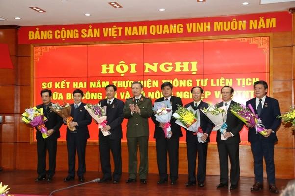 """Bộ trưởng Bộ Công an Tô Lâm trao Kỷ niệm chương """"Vì an ninh tổ quốc"""" cho các đồng chí lãnh đạo Bộ NN&PTNT"""