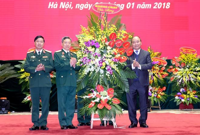 Thủ tướng Nguyễn Xuân Phúc tặng hoa chúc mừng Bộ Tư lệnh Tác chiến không gian mạng - Ảnh: VGP/Quang Hiếu