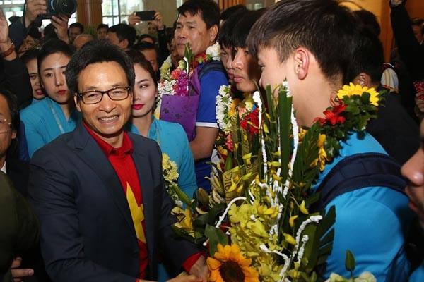 Phó Thủ tướng Vũ Đức Đam chúc mừng các cầu thủ U23 Việt Nam