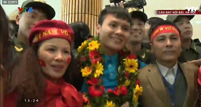 Nguyễn Quang Hải trong vòng vây người thân và người hâm mộ tại sân bay Nội Bài