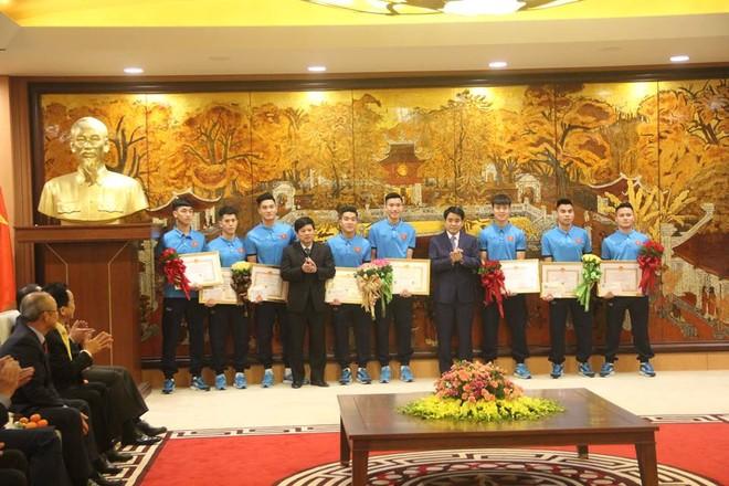 Chủ tịch UBND TP Hà Nội Nguyễn Đức Chung và Phó Chủ tịch UBND TP Hà Nội Ngô Văn Quý cùng các tuyển thủ U23 Việt Nam