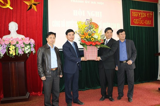 Ông Đỗ Huy Chiến (thứ hai từ phải sang) nhận hoa chúc mừng của lãnh đạo huyện Quốc Oai