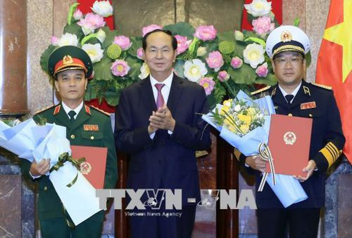 Chủ tịch nước Trần Đại Quang trao Quyết định thăng quân hàm cho đồng chí Phạm Hồng Hương và đồng chí Phạm Hoài Nam
