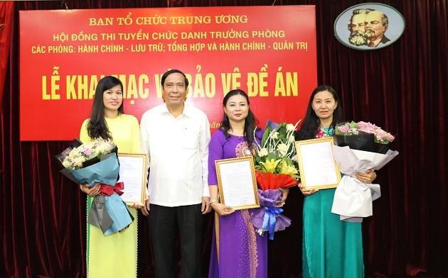 Đồng chí Nguyễn Thanh Bình trao Quyết định bổ nhiệm cho các đồng chí trúng tuyển