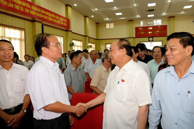 Thủ tướng Nguyễn Xuân Phúc trao đổi với cử tri Hải Phòng (Ảnh: VGP/Quang Hiếu)
