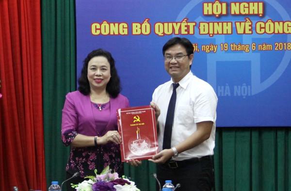 Phó Bí thư Thường trực Thành ủy Ngô Thị Thanh Hằng trao Quyết định của Ban Thường vụ Thành ủy cho đồng chí Nguyễn Văn Thắng