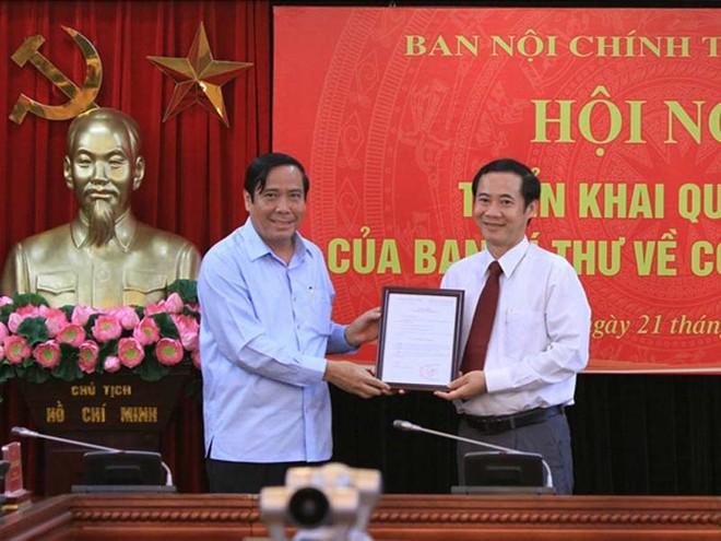 Phó Trưởng ban Thường trực Ban Tổ chức Trung ương Nguyễn Thanh Bình trao quyết định cho ông Nguyễn Thái Học (Ảnh: Đặng Phước)
