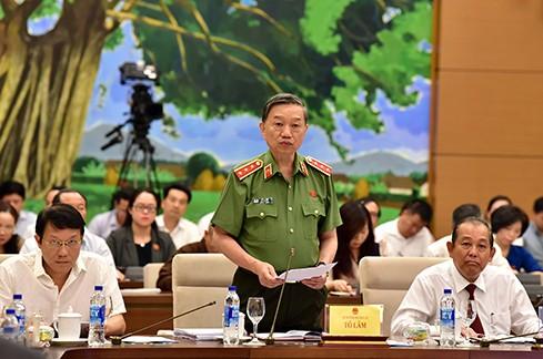 Bộ trưởng Bộ Công an Tô Lâm trả lời chất vấn tại Ủy ban Thường vụ Quốc hội (Ảnh: Chinhphu.vn)