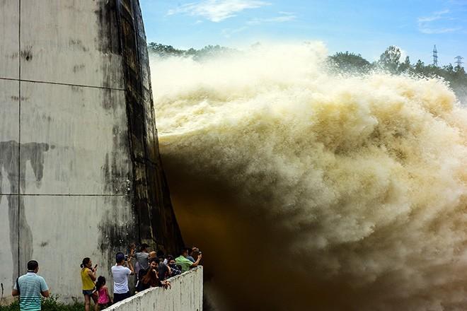 Hồ Sơn La và hồ Hòa Bình đã mở 1 cửa xả đáy