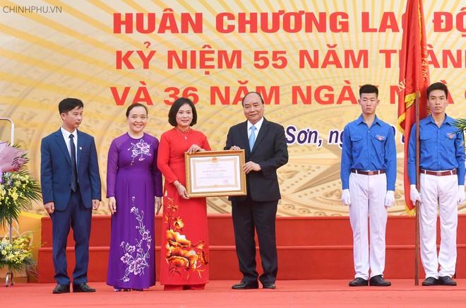 Thủ tướng Nguyễn Xuân Phúc trao Huân chương Lao động hạng Nhì cho nhà trường. Ảnh: VGP/Quang Hiếu